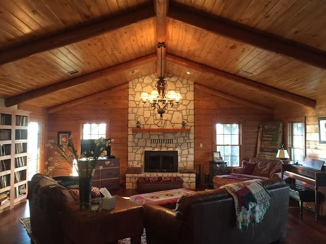 6Bd/3Bth Log House+ on 60 acre Farm - Sulphur - Hus