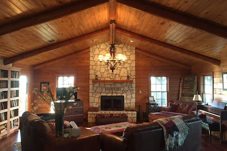 6Bd/3Bth Log House+ on 60 acre Farm - Sulphur - Casa