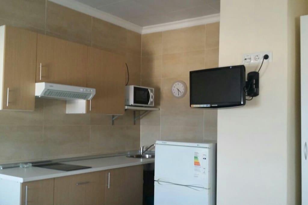 Cocina con utensilios y electrodomésticos