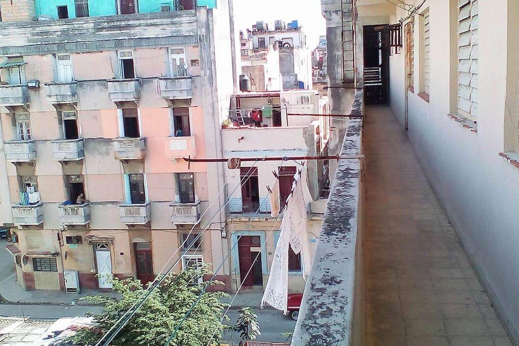 Entrada del apartamento,con vista a nuestro barrio lleno de colores y ambiente popular.