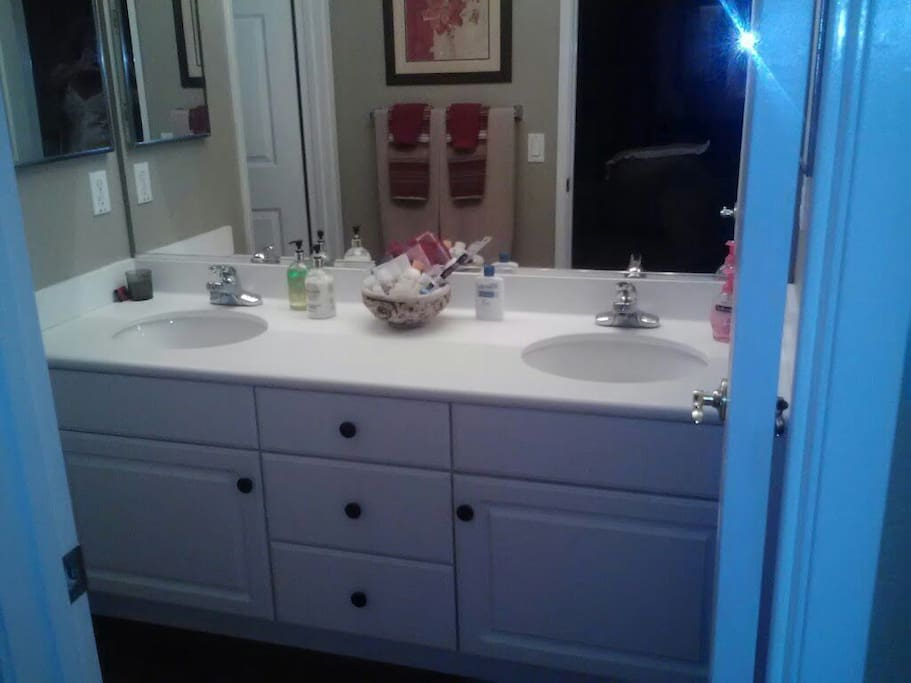 2 sinks and 2 medicine cabinets