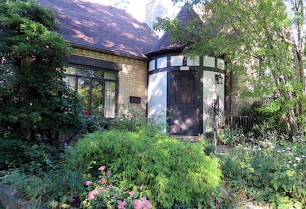 Two rooms for up to 5, lovely home - Evanston
