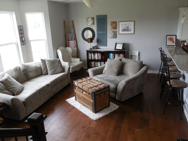 Bright & Airy Home: Kinnick Stadium, UIHC & IRL - Coralville - Townhouse