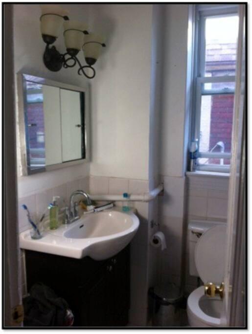 Salle de bain toilettes et baignoire