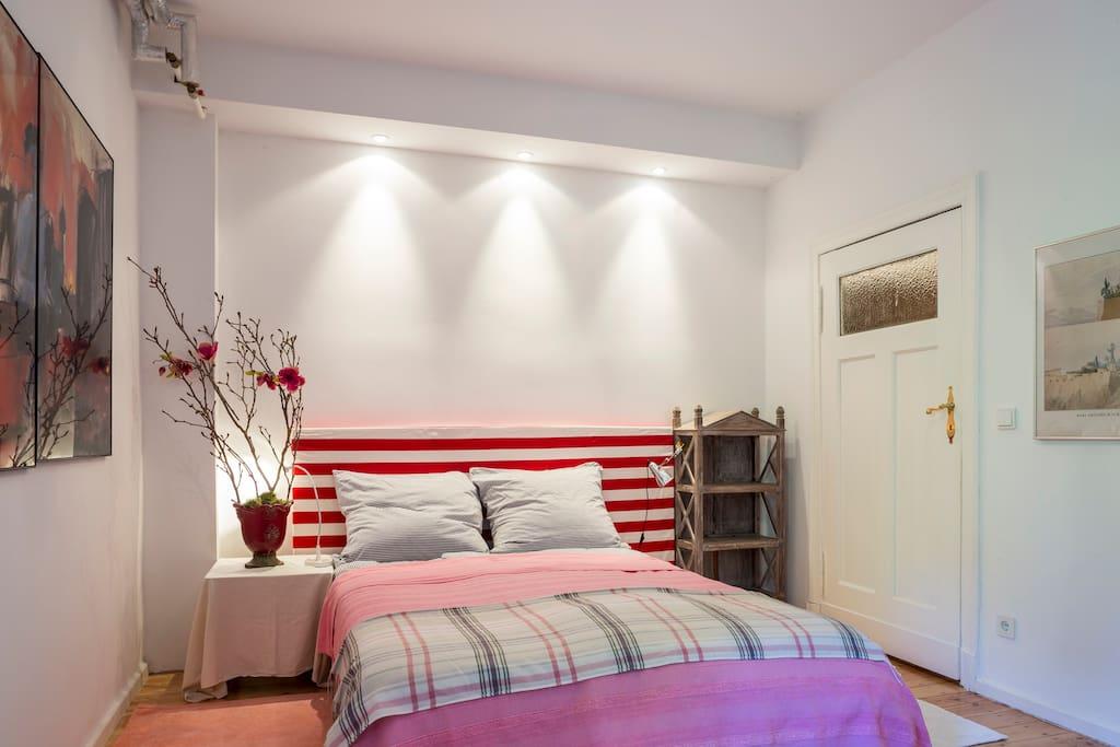 Gemütliches und gut gepolstertes Boxspringbett für zwei Personen lässt Dich gut schlafen und von den Berlinbesichtigungen erholen