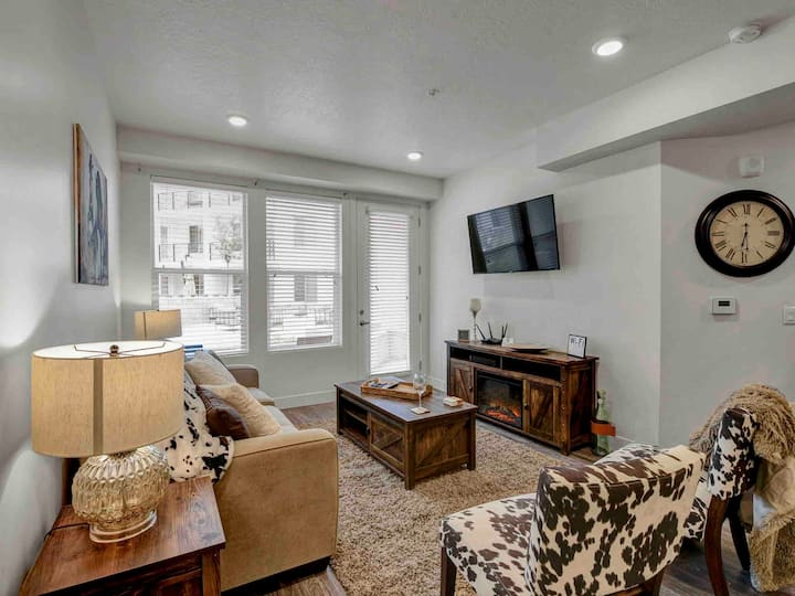 *DOWNTOWN*KING BED*SKYDECK*FIREPLACE*RUSTIC THEME