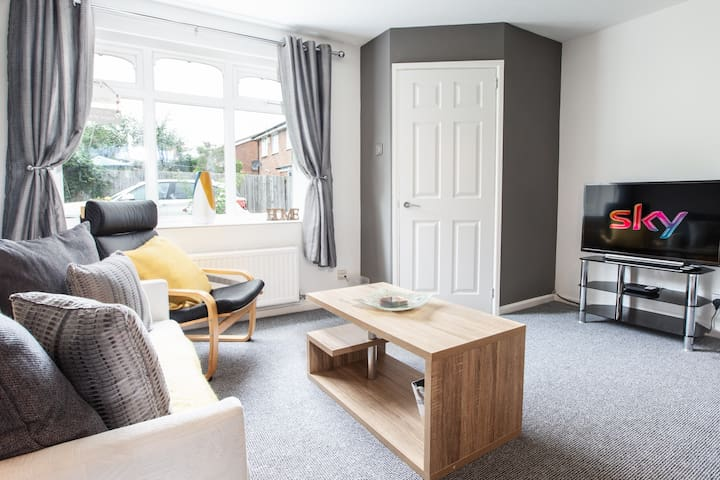 🏡2 BED HOUSE-5 MINUTES TO M1-PARKING FOR 2 CARS🏡