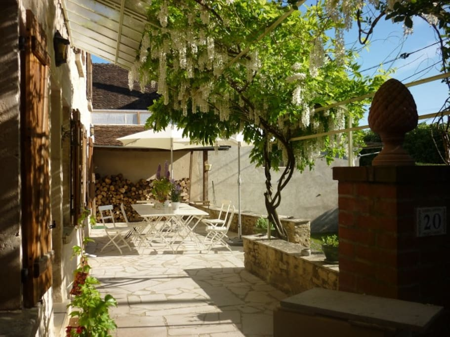 Terrasse avant et glycine / Front terrace and wistery