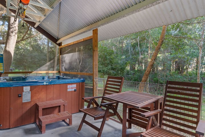 Traceys Hot Tub Cabin/up to 6 guests/dogs welcome