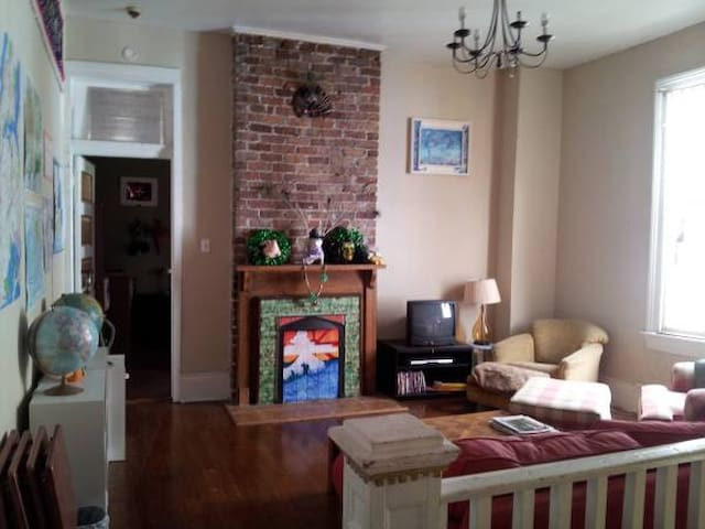 Free use of 2 bikes! Eclectic uptown room