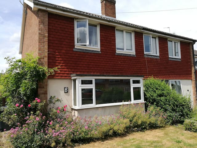 Comfortable Three Bedroom House with free parking