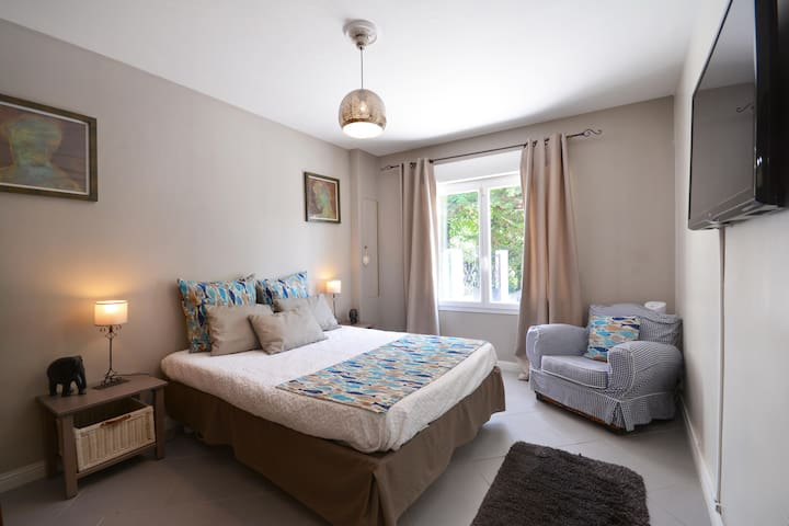 chambre 3 avec climatisation , lit queen size et salle de bain attenante