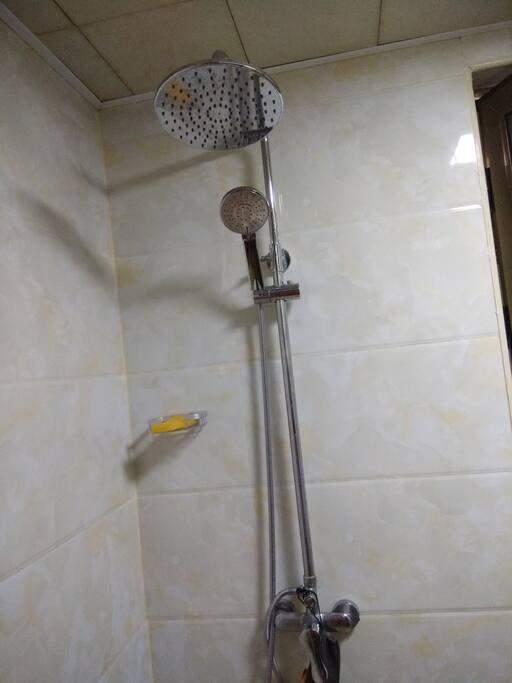舒服的淋浴。三个花洒。