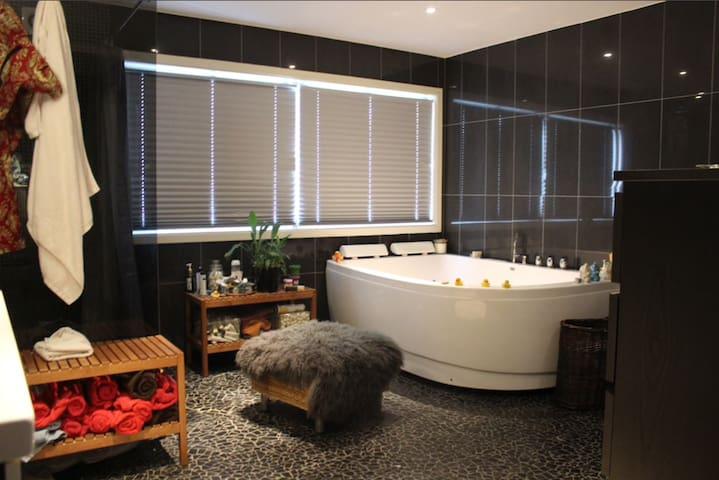 Bright cozy rooms w/ many amenities