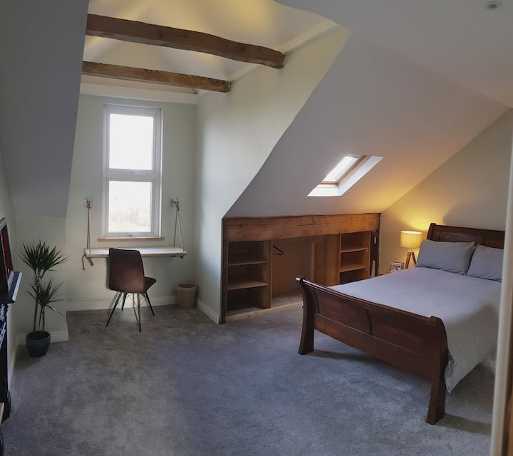 Self-contained Attic Flat, 15 mins from the centre