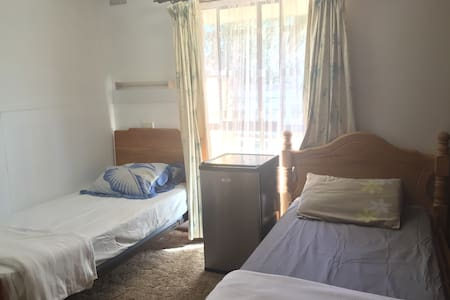 Basic room for 2 in city centre with pool - Mildura