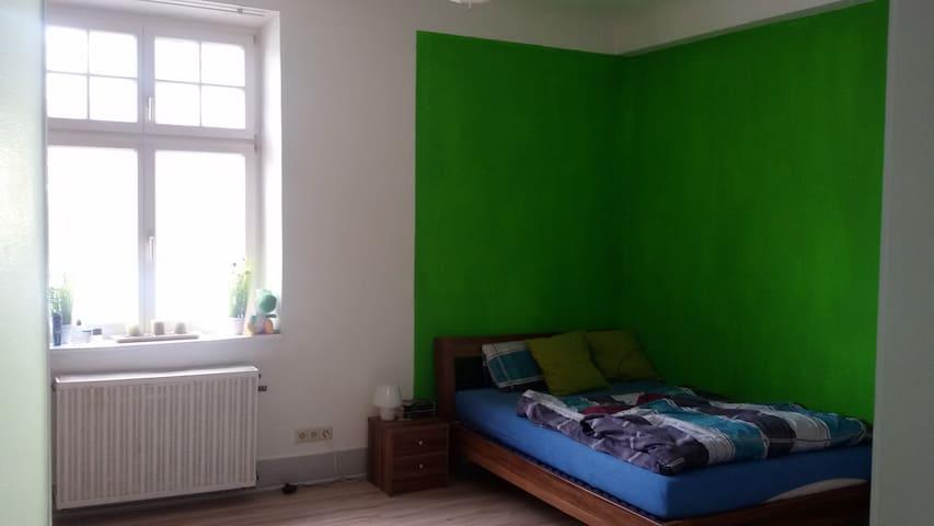 Helles grosses Zimmer, bahnhofs- und busnah, City