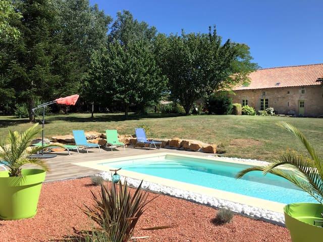 Gîte avec piscine entre Charente et Périgord vert