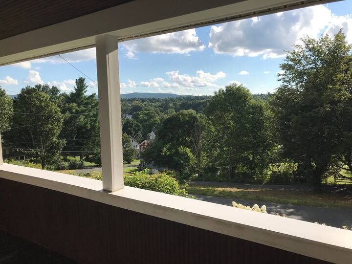 Pristine 2 bedroom home (both en suite) with lovely views!