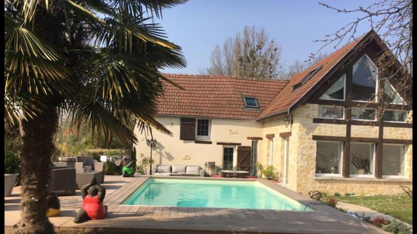 spacieuse maison , piscine chauffée près  Reims