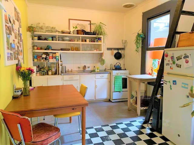 Room in quirky Fitzroy apartment (with garden)