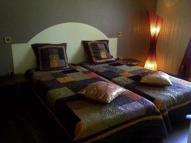 Chambre ambre, accessible fauteuil roulant, douche à l'italienne avec banquette et wc, au rez de chaussée