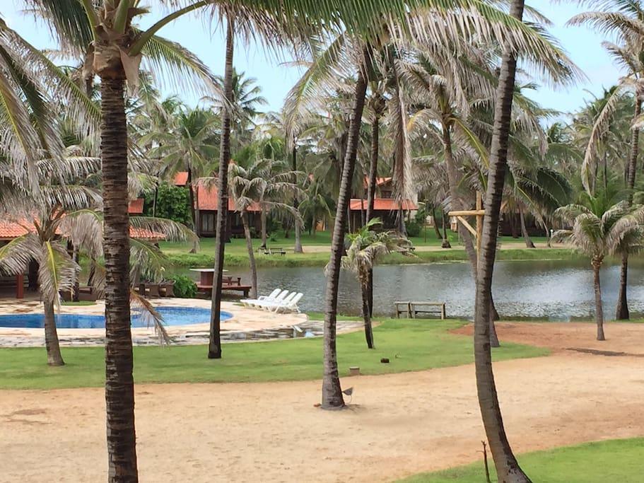 Condomínio fechado com deck completo (piscina, churrasqueira, forno de pizza, sinuca, sauna), lago e campo de futebol.
