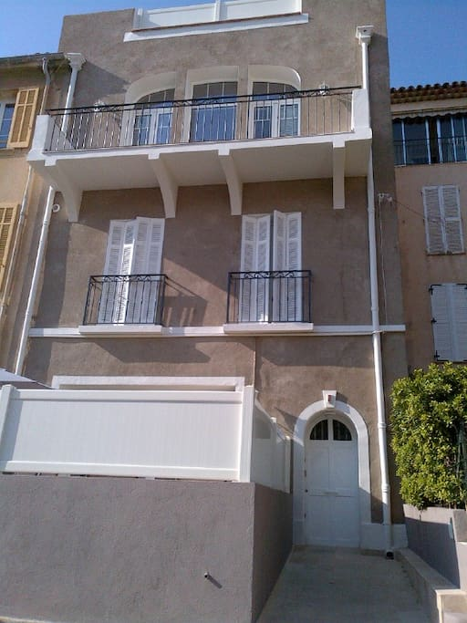 Art- Deco style Building with 3 flats only fully renovated and upgraded in 2015. 100 m from marina, beach and restaurants. in a very quiet street.