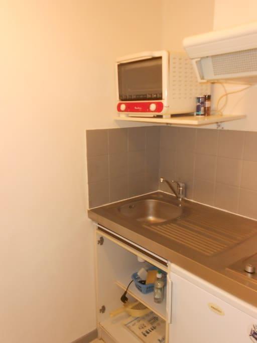 cuisine équipée micro onde, four, frigidaire, vaisselle