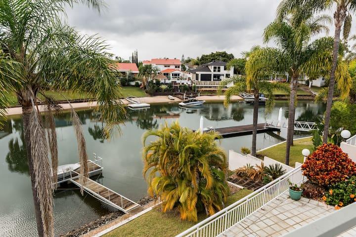 Gold Coast Waterfront Home , 3  ensuite bedrooms. - Benowa - Hus