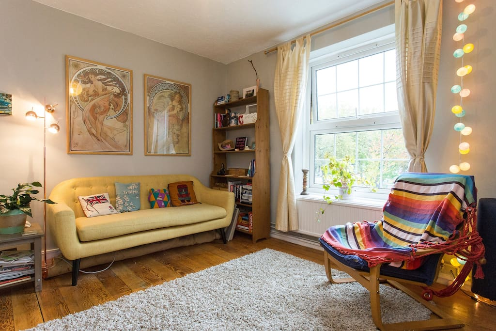 Homely, quirky, bright fresh living room :) Comfy seating, wooden floors, dining area, views over communal gardens, Sky tv.