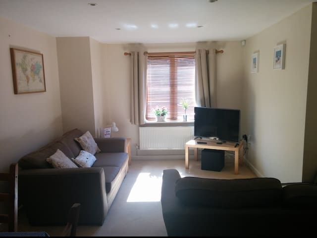 Comfy room 10min walk from city/bay