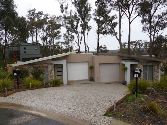 Modern duplex houses golf course - Creswick