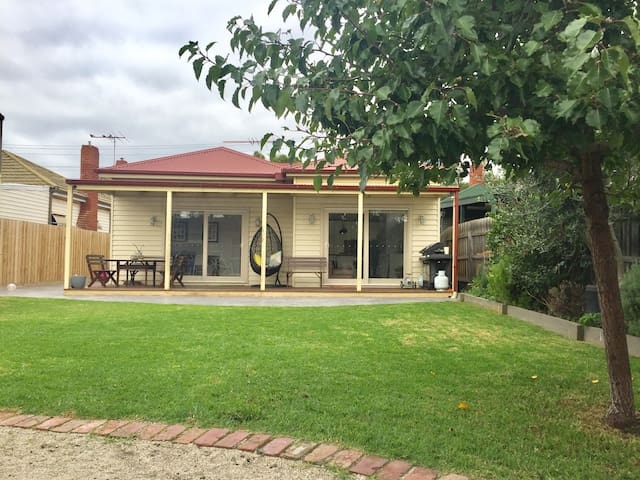 Spacious family home only 8km from Melbourne CBD - West Footscray - Huis