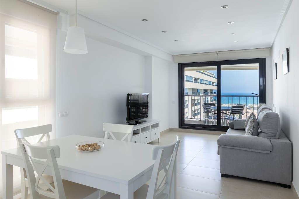 Salón-comedor con acceso terraza. Living room with direct terrace access.