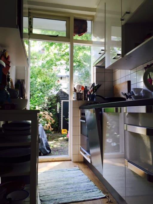 Keuken met over, vaatwasser en van alle gemakken voorzien