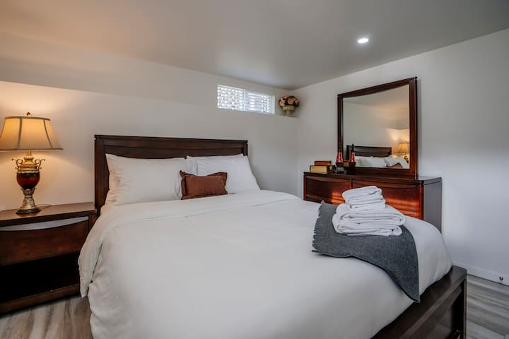 Beautiful Private Room #4, Mins Away from Transit