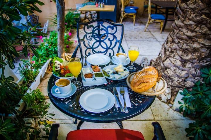 Baka Bauhaus + Breakfast included