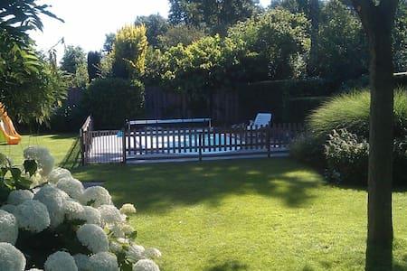 Vrijstaande villa met eigen zwembad - Zeewolde