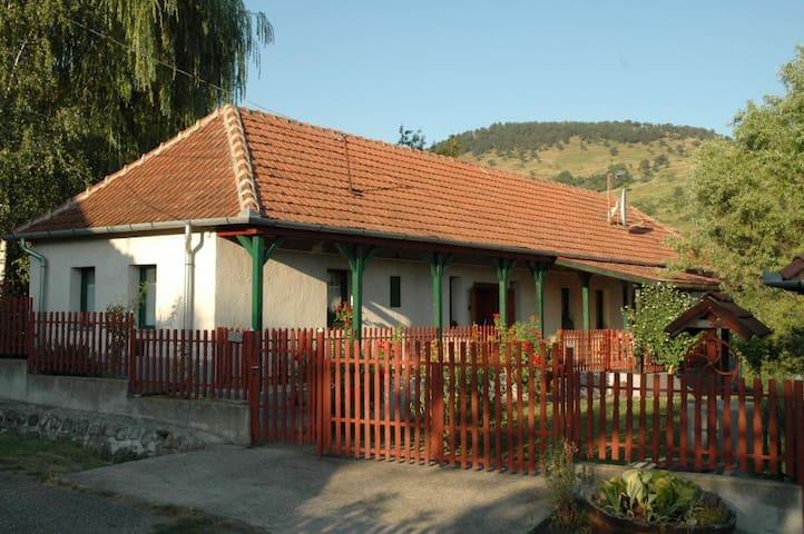 Panorámás ház a Zemplén hegyei közt - Erdõhorváti - Huis