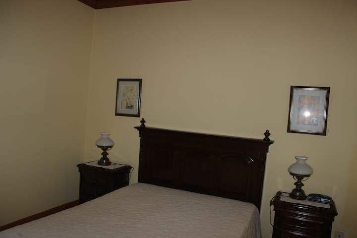 quarto com casa de banho