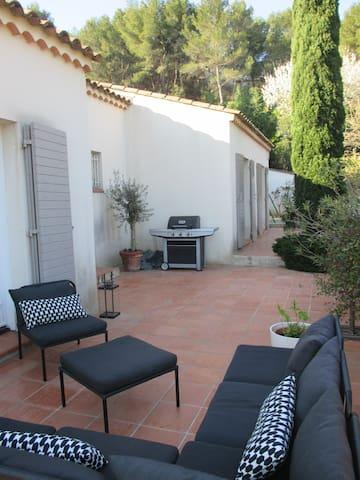 Terrasse avec salon de jardin attenante à la pièce de vie