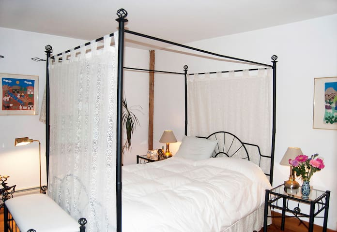 "Peaceful getaway ""dogwood"" bedroom - Plainfield - Casa"
