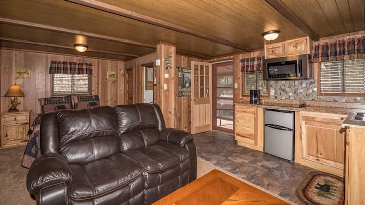 "Canyon Cabins - ""Chipmunk ""-Cozy Cabin in Upper Canyon - Fireplace & Kitchenette"