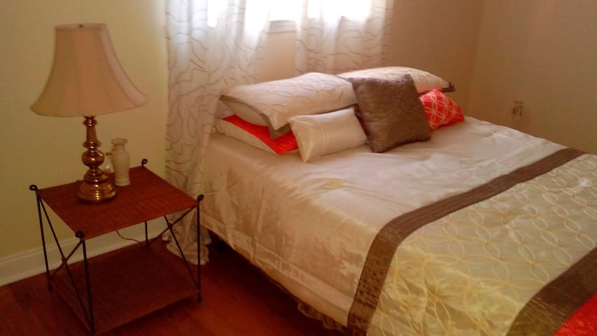 Huge Private Room Central Air 1 - Stamford - House