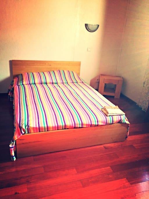 Cette chambre comprend 1 lit double et deux lits simples, avec placards