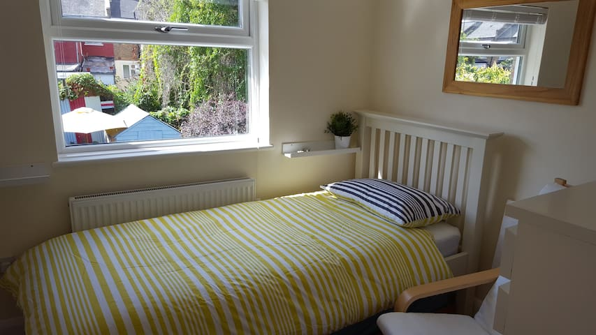 Cosy and Snug Room For 1 - London - House
