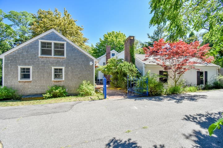 #319: Family compound, Game Room, 2-min walk to downtown, 5-min to Long Pond!