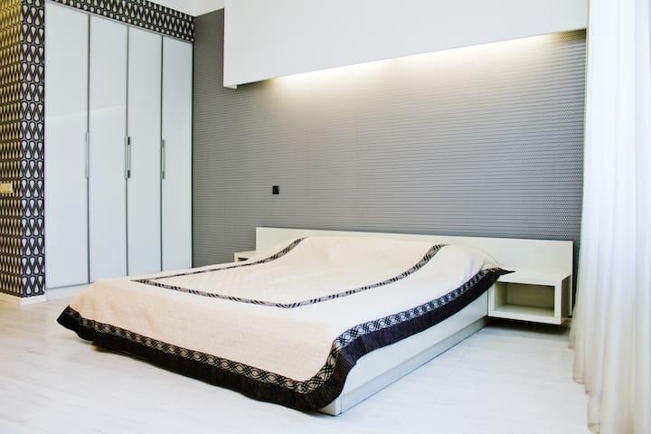 Мастер-спальня №1 с гардеробной и своей ванной комнатой в отдельном блоке