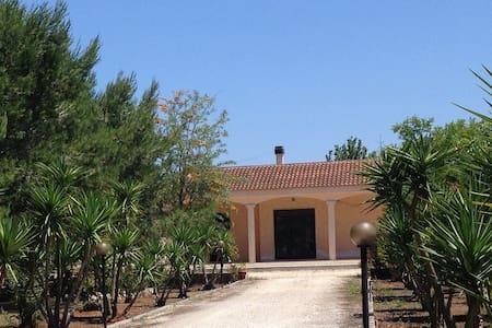 VILLA IMMERSA NEL VERDE - Muro Leccese - Villa